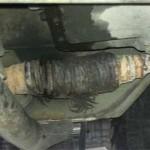 Старая сломанная гофра размохрилась снаружи, по трещине, и вся окислилась от выхлопа.