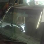 Новое лобовое стекло вклеено и зафиксировано двумя полосками малярного скотча к крыше.