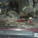 Верхнюю пробку радиатора отвернули для облегчения слива