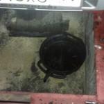 Сняли защиту и сливаем старый антифриз из радиатора в таз