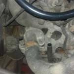 Крышка термостата установлена на место и болты затянуты с требуемым моментом