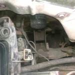 Вид на гайку левой (по ходу движения) подушки двигателя Pajero Jr. сверху из моторного отсека