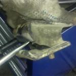 Снятая старая правая подушка двигателя Pajero Jr. тоже уже треснула по всей ширине.