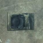Вид порванной подушки двигателя с внутренней стороны.