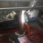 Поддомкрачивали мотор через отрезок квадратной балки и подложенную резинку от камеры.