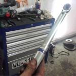 Динамометрический ключ для затяжки болтов с заданным моментом пригодится при монтаже клапанной крышки