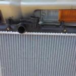 Верхний патрубок нового радиатора имеет диаметр 30мм и расположен почти там же, что и у оригинального