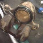 Тот же суппорт и тормозной цилиндр до очистки со старым сальником