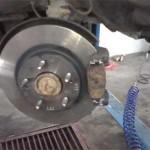 На новый тормозной диск установлена тормозная скоба с новыми колодками. Старые только антискриповые пластины, блин