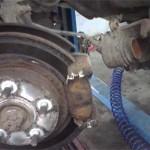 Снимаем тормозной суппорт, отсоединив тормозной шланг и выкрутив болты направляющих шпилек суппорта