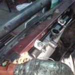Левый (по ходу движения) кронштейн нового радиатора приболтили через штатное отверстие рамы