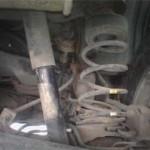 Сломанная правая задняя пружина Pajero Jr. при вывешенной машине