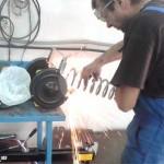 Сергей подравнивает обрезанные края пружин на точильном камне