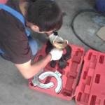 Сергей снаряжает натяжитель пружин для установки новых задних пружин на Pajero Jr.