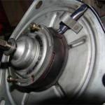 Чтобы вынуть ротор моторчика из статора и добраться до щеток, откручиваем 2 болта с торца на стороне, где были лопасти