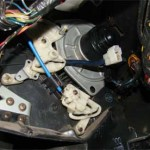 После снятия болтов вынуть моторчик непросто из-за плотности монтажа вокруг