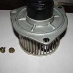 Снятый мотор вентилятора печки с цилиндрическими лопастями