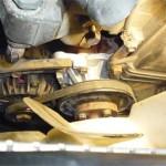 Ремень помпы натянут, теперь можно ставить на место масляный щуп с трубкой и верхний патрубок радиатора