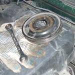 Снятый шкив помпы и накидной маленький ключ с трещеткой, которым пришлось работать