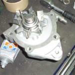 Новая помпа с нанесенным герметиком и прокладкой перед установкой - осталось нанести герметик на прокладку по площади контакта с двигателем