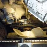 На новую помпу установлен шкив с ремнем и крыльчатка вентилятора, осталось натянуть ремень (трубка масляного щупа снята для удобства монтажа)