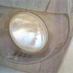 Камень пробил плоское стекло фары насквозь, внутрь выпал конус стекла и стала захлестывать вода.