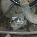 Новый термостат смазан герметиком двигателя и поставлена прокладка из комплекта