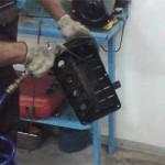 Сергей очищает снятую крышку перед обезжириванием и нанесением герметика