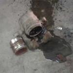 Снятый тормозной суппорт и поршень после продувки воздухом перед чисткой и заменой сальников