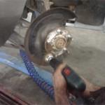 Сергей тщательно очищает ступицу перед установкой нового тормозного диска