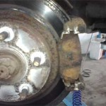 Вид на старые колодки при снятой скобе тормозного суппорта Pajero Jr.