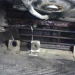 Новый кронштейн радиатора установлен на саморезы