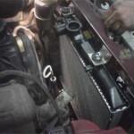 Правый верхний кронштейн нового радиатора пришлось крепить к раме на саморезы