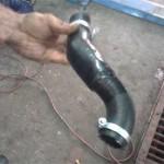 Для нижнего патрубка радиатора идеально по форме подошел изогнутый тазовских, но Сергей усилил его куском резины от камеры грузовой шины, закрепив ее изолентой