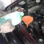 Сергей заливает антифриз в установленный новый радиатор