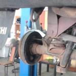 Левое колесо пришлось снять для снятия пружины