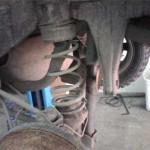 Левая задняя пружина подвески Pajero Jr. перед снятием