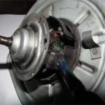 Далее аккуратно вынимаем жгут проводки из-под скобы фланца, и вынимаем ротор моторчика из статора