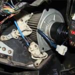 Перед выниманием моторчика отсоединяем разъем его проводки